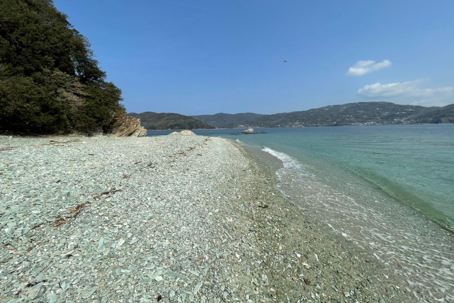 砂利浜のビーチに滞在していただきます。